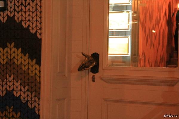 входная дверь металлическая в кафе