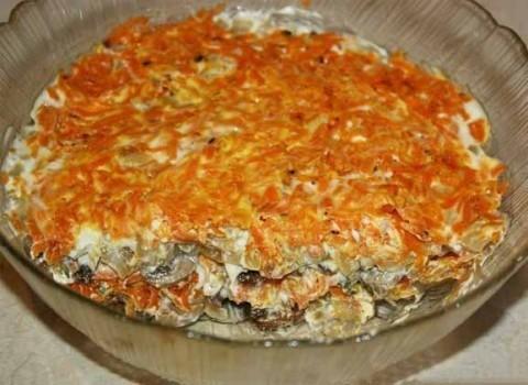Слоеный салат с морковью и грибами
