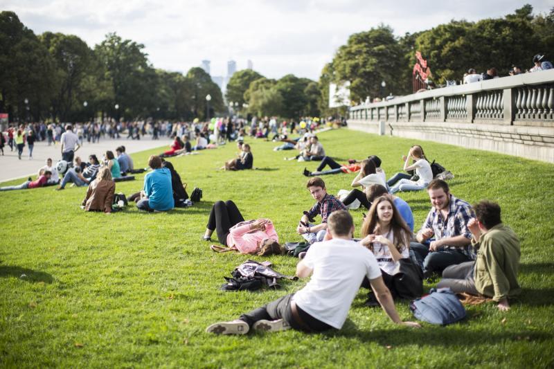 фотографии в парке брюнеток