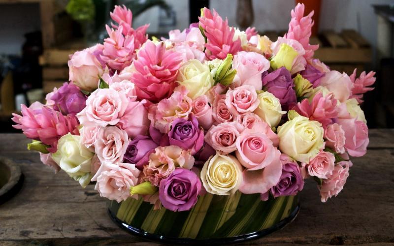 Композиции из живых цветов в корзине: обзор ФОТО!