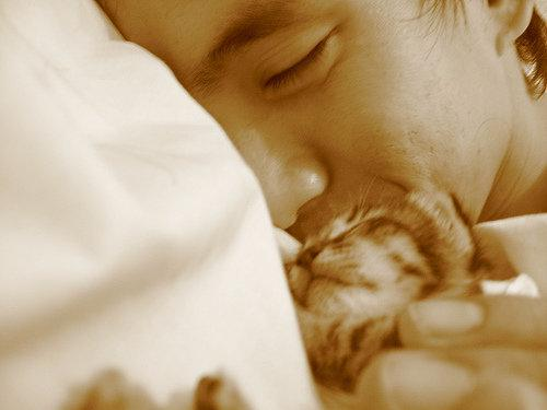 голый парень с котенком в руках фото