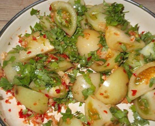Если вы не хотите заготавливать целые томаты с начинкой, то воспользуйтесь следующим рецептом.