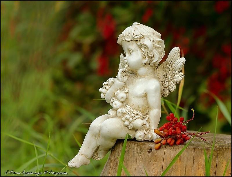 Скульптура девочки с цветком в руке